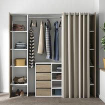 Dressing 2 colonnes + meuble 4 tiroirs chêne blanc, rideau écru